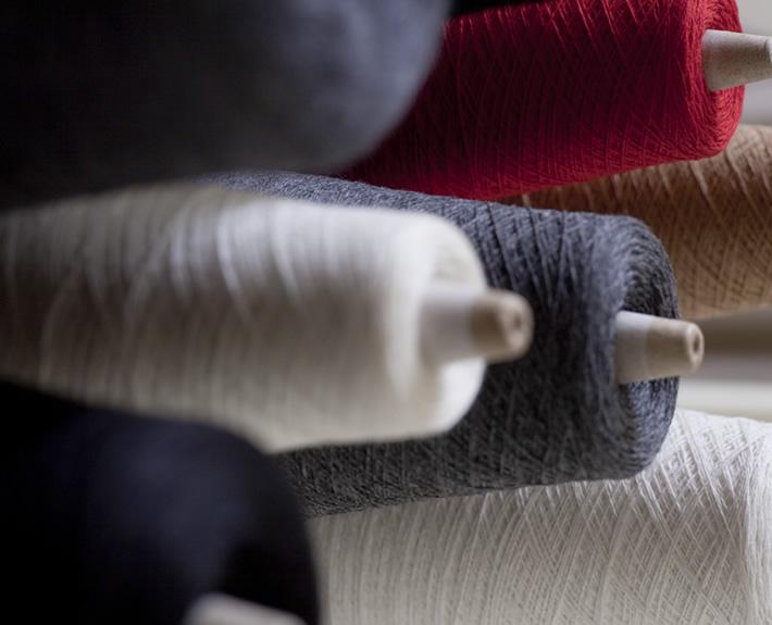 ちょうど良い糸をちょうど良い形で編んでみたいと始めました。柔らかいカシミアが一緒に馴染んで呼吸するように、真っすぐな気持ちで作りました。