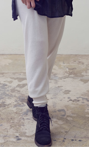 tapered pantsCashmere / black, navy, gray / 73,500 yen Cashmere / black/navy / 84,000 yen Cashmere / black, white, beige