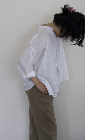 gather blouse / Cotton / white, navy / 28,000 yen  /  straight pants / Cotton, Wool / brown, blue / 35,000 yen