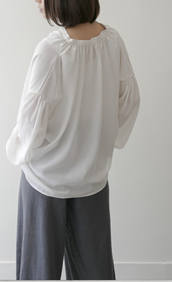 gather blouse Silk/white,black/38,000yen Cotton/Ramie/white,navy/31,000yen