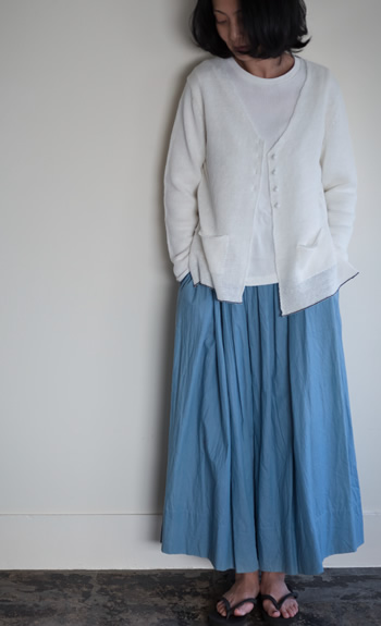 V-neck cardigan / rib Tee / gather skirt